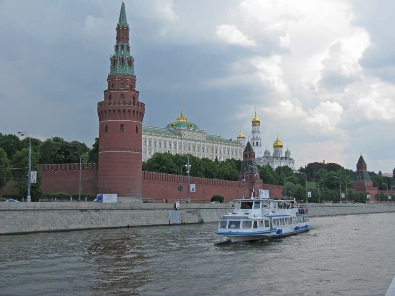 Cruise past the Kremlin